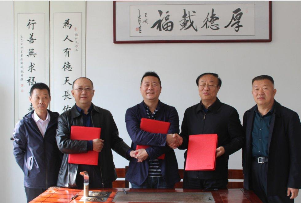 青岛亿祥机械有限公司与鄂尔多斯轻纺工业园签署全球领先的羊绒梳理装备示范工厂战略合作协议
